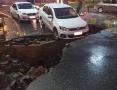 Em João Pessoa/PB Táxi fica pendurado após cratera se abrir no bairro do Geisel