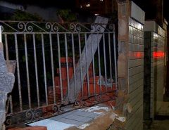 Homem embriagado perde controle de carro, sobe calçada e derruba parte de muro de casa em Natal