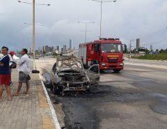 Carro pega fogo em praia da Zona Leste de Natal; suspeita é de incêndio criminoso
