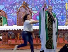 Vídeo: Padre Marcelo Rossi não prestou queixa contra mulher que lhe empurrou do palco em cidade do interior de SP