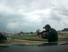 Dupla tenta fugir de fiscalização, bate carro roubado e é presa pela PRF na Grande Natal.