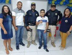 Garoto fã da PRF recebe visita surpresa de policiais no aniversário