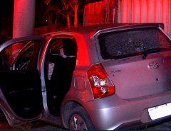 Durante perseguição, assaltantes batem carro roubado em poste e muro de casa na Grande Natal; um fica ferido