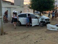 Acidente: Motorista perde controle do volante, bate em poste e por pouco não atinge moradores no bairro Itans, Caicó