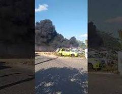 Incêndio atinge carros estacionados em pátio de delegacia