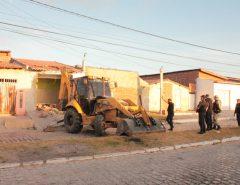 Policia teve que demolir uma casa para cumprir mandado de busca e apreensão em Mossoró.