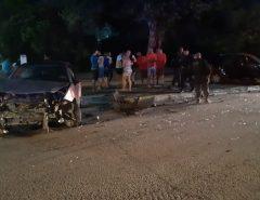 Após assaltos na Zona Sul de Natal, criminosos são perseguidos pela polícia, batem o carro em outros dois veículos e são presos