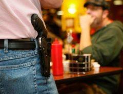 Bares, restaurantes e boates podem ser proibidos de vender bebida alcoólica a pessoas armadas; entenda
