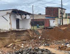 Em Natal, parte de casa desaba dentro de cratera aberta na Zona Sul