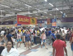 Hiper da Roberto Freire fecha as portas em fevereiro; população aproveita queima de estoque