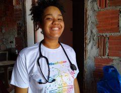 Filha de diarista que passou em Medicina na UFRN ganha materiais de outros estudantes