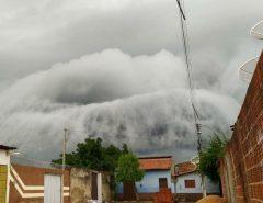Imagens impressionantes de nuvens carregas sobrevoando o interior do RN