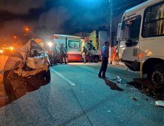 Em Natal Ônibus e carro colidem frontalmente na avenida Mário Negocio