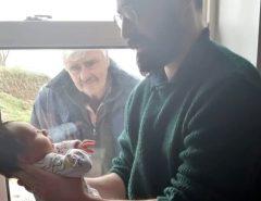 Avô em isolamento conhece o neto recém-nascido pela janela de casa