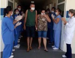 VITORIA: Casal é aplaudido ao receber alta de hospital após contrair coronavírus no interior de SP