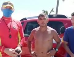 Resgate: Bombeiros resgatam pai e filho que se afogavam em praia de Natal