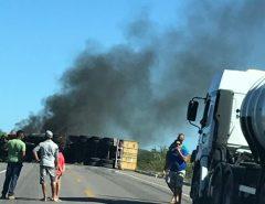 Vídeo: Caminhão tombou e pega fogo neste momento Entre Lajes e Fernando Pedrosa