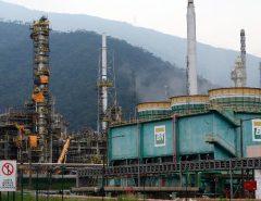 Petrobras anuncia queda de 5% no preço da gasolina nas refinarias; a segunda redução nesta semana