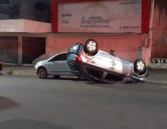 Motorista bate em dois carros, capota e é preso por embriaguez ao volante em Natal