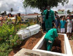 Triste: Corpo do menino José Carlos é sepultado em Natal e mãe pede justiça