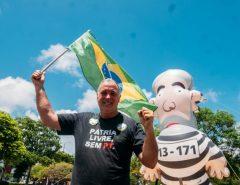 Em Natal contra corrupção Coronel Hélio traz 'Pixuleco' de volta às ruas
