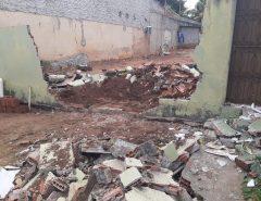 Em São Gonçalo do Amarante criminosos obrigam homem a derrubar muro da casa do irmão com escavadeira e matam comerciante a tiros
