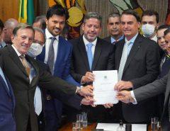 BRASIL: Com ministro do RN, Bolsonaro entrega à Câmara PL de privatização dos Correios