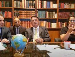"""""""Se está o Haddad aqui ou Ciro, o Brasil estaria fechado igualzinho a Argentina"""", diz Bolsonaro"""