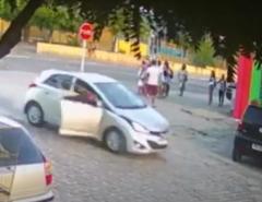 VEJA O VÍDEO: Assaltante foge da PM saltando de carro em movimento durante perseguição; Comparsa é preso