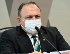 Eduardo Pazzuello dá tranca em Renan durante a CPI