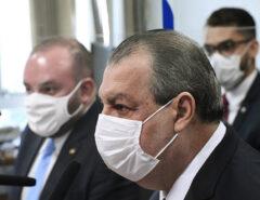 Sem perceber Presidente da CPI do Senado Omar Aziz Inocenta Bolsonaro