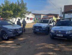 Bandidos invadem casa, trocam tiros com a polícia, fazem reféns como 'escudos' e se entregam após negociação com a PM em Natal