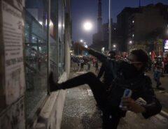 VEJA AS FOTOS: Ato contra Bolsonaro em SP tem bombas de gás e correria após vandalismo