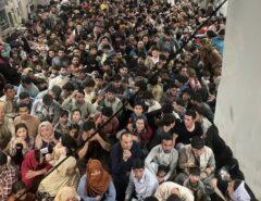 MEU DEUS: Avião militar dos EUA que deixou o Afeganistão superlotado tinha 823 passageiros