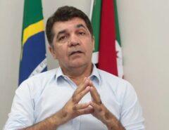 Prefeito de Criciúma diz não tolerar 'viadagem' e demite professor gay que exibiu clipe de Criolo