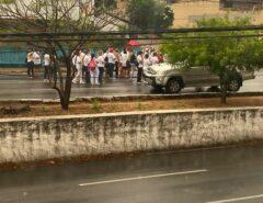 """Terceirizados protestam em frente ao Walfredo Gurgel contra atrasos do governo Fátima: """"quero meu salário"""""""
