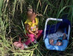 Menina de 2 anos e bebê de 3 meses abandonados nos EUA são encontrados por Agentes da Patrulha da Fronteira