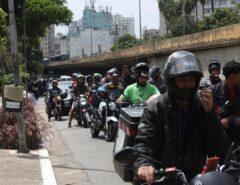 PREÇO BAIXO: Motoristas formam enorme fila para conseguir gasolina a R$ 0,40 durante protesto