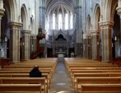 Padres da Igreja Católica na França abusaram de ao menos 200 mil crianças em 70 anos