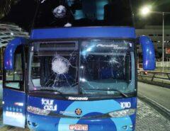 VEJA O VÍDEO: Torcedores do América-RN depredam hotel, atacam jogadores do Campinense e destroem ônibus