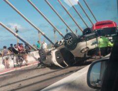 ACIDENTE: Carro capota na ponte Newton Navarro